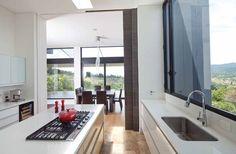 La cocina se ilumina por la luz que entra por la claraboya sobre la isla y desde la amplia ventana con vista al poniente