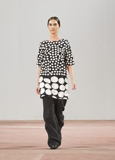 Marimekko's Spring/Summer 2015 fashion show at Oil silo Helsinki. Love the play with size in monochrome. Runway Fashion, Spring Fashion, Fashion Beauty, Fashion Show, Autumn Fashion, Womens Fashion, Fashion Design, London Fashion, Vetements Clothing