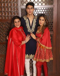 Sara Ali Khan Enjoys A Blissful Diwali With Her Mother Amrita Singh & Brother Ibrahim Ali - HungryBoo Asian Wedding Dress Pakistani, Pakistani Fashion Casual, Bollywood Wedding, Bollywood Outfits, Bollywood Fashion, Bollywood Celebrities, Bollywood Actress, Indian Designer Outfits, Designer Dresses