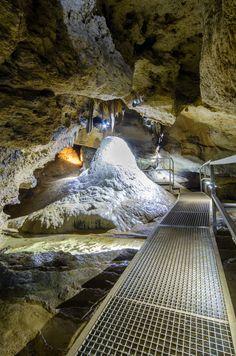 """Der sogenannte """"Millionär"""" in der zweiten Abteilung der Sophienhöhle in der Fränkischen Schweiz. im Vordergrund sieht man ein Sinterbecken .."""