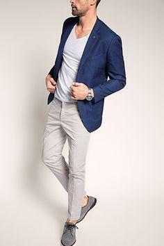 Dezent, aber flott: Blazer im Denim-Look, 100% Baumwolle, insignia blue (€ 149,99), hellgraue Chino, weißes T-Shirt mit V-Ausschnitt   Esprit