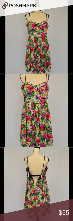 London Times party dress. Bold floral pattern! Beautiful floral patterned party dress for wedding, garden party or just because it's a special day.  Supportive lined bodice with boning can be worn with or without straps. Black piping details, 97% cotton / 3% spandex fabric is perfect for summer. London Times Dresses Midi