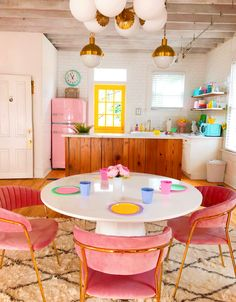 and white kitchen What an adorable retro kitchen - love the pink fridge and the lighting!What an adorable retro kitchen - love the pink fridge and the lighting! Airbnb Design, Colorful Apartment, Retro Apartment, Retro Home Decor, Retro Kitchen Decor, Pastel Kitchen, Vintage Kitchen, Vintage Fridge, Funky Kitchen