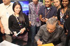 """Anda tak jumpa teman wanita, minta dia bawa kad bertulis I love you"" - http://news.malaysianreview.com/12346/anda-tak-jumpa-teman-wanita-minta-dia-bawa-kad-bertulis-i-love-you/"