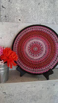 Mandala gemalt auf gepresstem Holz Puck. Durchmesser von 12 Zoll. Mehr als 15 Stunden akribischer Arbeit und Energie, dieses Mandala zu den Farben der Kronen-Chakra und die Liebe zu bauen. Malerei ist für mich eine Meditation einen Moment wo ich konzentriere und nehmen Sie sich Zeit, das volle Bewusstsein zu leben. So ist es mit eine ständig neue Energie, dass ich jedes Stück Mandala, schaffen damit Sie es so viel wie ich genießen können! Jedes Mandala ist komplett handgefertigt erstellen…