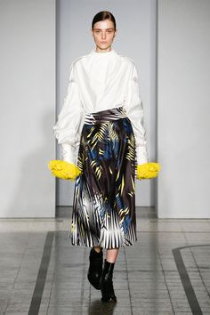Mila Schön - look 5 LE STELLE DI VAN GOGH – Three-dimensional skirt in silk duchesse. Swiss cotton shirt with folds mounted onto the finished sleeve.