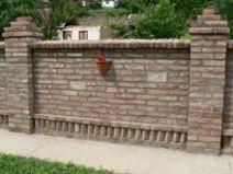 Antik és bontott téglákból készült kerítések