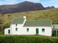 PRICE FROM £249.00 PW SLEEPS 6 BEDROOMS 3 BATHROOMS 1 PET FREE This traditional detached cottage near Cloghane sleeps six people in three bedrooms.