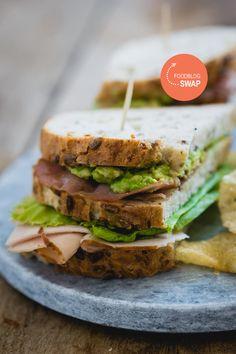 Een lekkere club sandwich met onder andere knapperige bacon, kipfilet, truffelmayonaise en avocado. Een heerlijke lunch, die bovendien perfect gebruikt kan worden om restjes op te maken!
