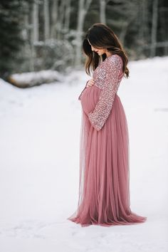 20 Sweetest Winter Wonderland Maternity Photo Session That Look Adorable - Shooting Schwangerschaft - Schwanger Kleidung Winter Maternity Pictures, Winter Maternity Outfits, Maternity Fashion, Winter Pregnancy Photos, Pregnancy Fashion Winter, Pregnancy Fashion Dresses, Christmas Maternity Photos, Pregnancy Videos, Pregnancy Art