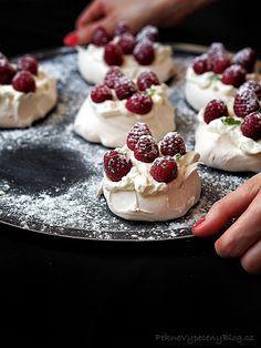 Pavlova dort - Pavlova Cake www.peknevypecenyblog.cz Pavlova Cake, Mini Pavlova, Cupcakes, Cupcake Cakes, Sweet Desserts, Sweet Recipes, Meringue Desserts, Food Vans, Sweet Bar