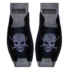 Pirat Schwarz - Herrenpantoffel schwarz, mit silbernem Nieten Totenkopf Motiv, Unisex Größe 42-46 - http://on-line-kaufen.de/pantoffeldiva/pirat-schwarz-herrenpantoffel-schwarz-mit-motiv