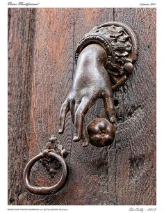 door knocker – photo attributed to Ber Cally 2013 Door Knobs and Knockers Antique Door Knockers, Door Knobs And Knockers, Knobs And Handles, Door Handles, Antique Door Knobs, Cool Doors, Unique Doors, Porte Cochere, Door Accessories