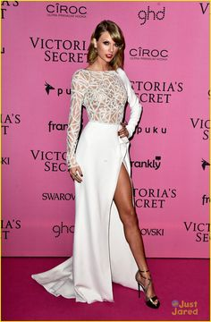 Taylor Swift Shows Sexy Leg in High-Slitted Dress at Victoria's Secret Fashion Show After Party