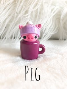 Polymer clay pig wearing a purple snow hat in a purple cup Polymer Clay Figures, Polymer Clay Animals, Polymer Clay Miniatures, Polymer Clay Projects, Diy Clay, Polymer Clay Kawaii, Polymer Clay Charms, Pig Crafts, Clay Crafts