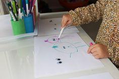 Poupette a toute une collection d'yeux mobiles à la maison. De toutes les tailles, toutes les couleurs, toutes les formes, avec des cils ou sans cils. Ils nous servent à créer, bricoler, imaginer, inventer… Cette semaine, je lui ai proposé un petit atelier dessin comme elle les aime: une invitation à créer des bonhommes ou personnages amusants autour d'yeux mobiles, en utilisant des feutres, crayons de cire ou crayons de couleur. Quand elle a découvert ce que j'avais préparé, ce fût la…