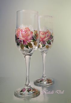 Using glass as a decorative item. The champagne and wine glasses that are on your table. Wedding Wine Glasses, Diy Wine Glasses, Decorated Wine Glasses, Hand Painted Wine Glasses, Wedding Champagne, Champagne Glasses, Wine Glass Crafts, Wine Bottle Crafts, Decoupage Glass