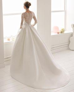 Robe de mariée style classique en ottoman, dentelle et pierreries, à manches 3/4 avec col illusion. Collection 2018 Aire Barcelona.
