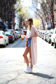 デニムのショートパンツに春色ロングカーデを羽織れば一気にガーリーな雰囲気に♡ 春夏ファッションにおすすめのおしゃれなデニムパンツコーデ。