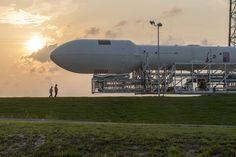 Un cohete Falcon 9 de Space X es transportado hacia su rampa de lanzamiento en Cabo Cañaveral, Florida, EEUU (NASA, 2015)