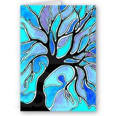 Met waterverf. Teken eerst de zwarte boom. Omlijn alles met zwarte stift, waardoor je de witte ruimte rondom te boom krijgt. Maar wijk ook geregeld af van de tekening, waardoor er vlakken ontstaan.  Schilder de vlakken met waterverf. Kies een basiskleur die je door te mengen van tint laat veranderen.