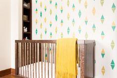 No quarto do bebê, o desenho escolhido é simples, mas o que diferencia são os tons diferentes que foram usados. Lindo!
