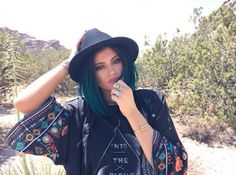 Kylie Jenner on a desert♡ (and still looks perfect) Kylie Jenner 2014, Kylie Jenner Blue Hair, Kylie Jenner Instagram, Kylie Jenner Style, Kardashian Jenner, Diesel Punk, Cyberpunk, Rockabilly, Kylie Jenner Birthday