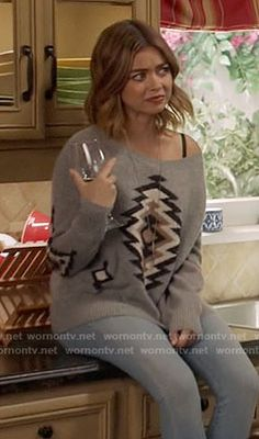 Haley's grey printed sweater on Modern Family.  Outfit Details: https://wornontv.net/66019/ #ModernFamily
