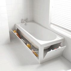 Rangement astucieux avec la baignoire dans une petite salle de bain
