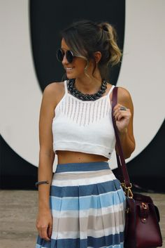 looksly - Paula do Walking on the Street com saia midi listrada do Alto Verão 2016