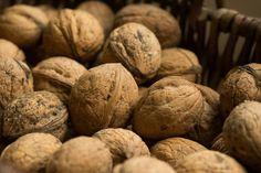 La nuez es un fruto seco con grandes propiedades beneficiosas para nuestro cuerpo. Ayudan a cuidar la salud de nuestro cerebro y nuestro corazón entre otras propiedades.