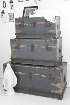 Paint those old suitcases would ya? Old Trunks, Vintage Trunks, Vintage Suitcases, Vintage Luggage, Wood Crates, Wooden Boxes, Jeanne D'arc, Vintage Decor, Painted Furniture