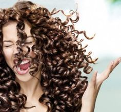 How can we hydrate curly hair? - women a day- ¿Cómo podemos hidratar el pelo rizado? – mujeres al dia How can we hydrate curly hair? Wild Curly Hair, Curly Girl, Curled Hairstyles, Cool Hairstyles, Curly Hair Problems, Perfect Curls, Crazy Hair, Hair Day, Hair Looks