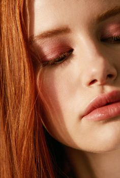 Madelaine Petsch - stunning and unexpected colours. Lovely break from the usual black eye makeup Madelaine sports. Madelaine Petsch, Cheryl Blossom Riverdale, Riverdale Cheryl, Riverdale Cw, Riverdale Aesthetic, Cheryl Blossom Aesthetic, Camila Mendes Riverdale, Costume Noir, Daphne Blake