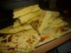 Das perfekte Harcha (Marokkanisches Brot)-Rezept mit Bild und einfacher Schritt-für-Schritt-Anleitung: Butter und Olivenöl zu den Grießmehl…