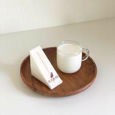 Cream Aesthetic, Aesthetic Food, Aesthetic Themes, Aesthetic Fashion, Cafe Food, Milk Tea, Coffee Milk, Drink Coffee, Korean Food