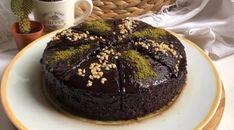 Bugün sizinle nefis ıslak kek yapıyoruz ama bu ıslak kek öyle bildiklerinize benzemiyor. Pasta kıvamında ve tadında oluyor. Portakallı ve fındıklı yapacağımız bu ıslak kek tarifini mutlaka deneyin. Şiddetle tavsiye ediyorum çok lezzetli hanımlar. Best Cake Recipes, Cake Tasting, Tiramisu, Tart, Food And Drink, Chocolate, Sweet, Desserts, Candy