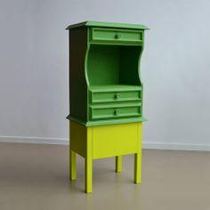 Oude #kasten met een nieuw #design. Groen gele kast. Kast met een nieuw #modern onderstel en een #hip kleurtje.