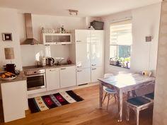 Lichtdurchflutete Küche Mit Essbereich Und Verglasten Schränken #Küche  #Einrichtung #kitchen #Essbereich
