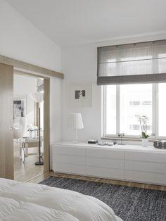 """/Muebles bajos para no """"perder"""" la utilidad de las paredes con ventanas; puertas correderas para ganar espacio, luz y sensación de amplitud./"""