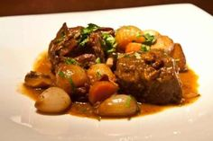 boeuf (mosxari) bourguignon: original syntagi Julia's Child Boeuf Bourguignon Julia Child, Tasty Videos, Greek Recipes, Baking Recipes, Favorite Recipes, Beef, Stuffed Peppers, Dishes, Cooking