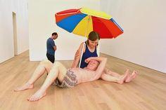 het fonkelnieuwe Museum Voorlinden. Echtpaar onder de parasol' van Ron Mueck behoort tot de vaste collectie van het museum.