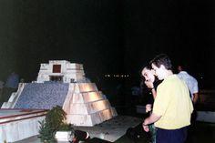 Maquetas de pirámides en la terraza del Pabellón de México