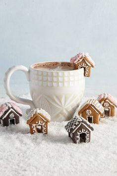 You Need to Be Adding Mini Gingerbread Houses to Your Hot Ch .- You Need to Be Adding Mini Gingerbread Houses to Your Hot Chocolate Sweet gingerbread houses as an edible table decoration - Christmas Gingerbread House, Noel Christmas, Christmas Goodies, Christmas Desserts, Christmas Treats, Christmas Decorations, Xmas, Gingerbread Cookies, Diy Gingerbread Houses