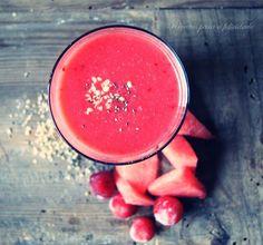 Vale a pena congelar alguns frutos da estação para mais tarde recordar todo o sabor e energia que contêm. Pode substituir as cerejas por morangos