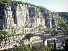 Falaises dominant le pont sur l'Ardèche. Balazuc. Rhône-Alpes
