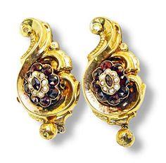 Ohrringe - antiker Granatschmuck Die Brosche ist dem Collier-Schmuckteil nachempfunden: geschwungene, goldene Elemente mit einer Blüte aus Granaten, hier allerdings mit spit...