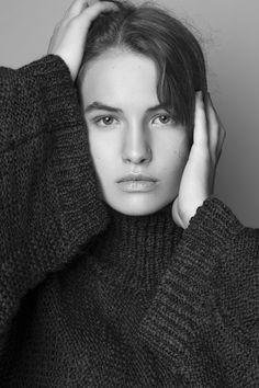 Oryginalny, skrzydlaty sweter ze stójką. Idealny do wysokich w stanie spódnic i spodni. Wymiary mierzone w pozycji leżącej, bez rozciągania. Tolerancja wymiarów w produktach dzianinowych +/- 10%. Modelka na zdjęciu: 175cm, rozmiar XS/S Wyprodukowany w Polsce. #knitwear