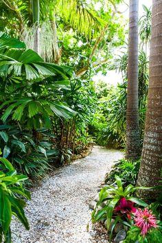 Warm Tropical Backyard Landscaping Ideas (45)