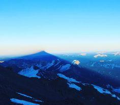 Sombra do #Aconcágua o gigante das Américas! O ponto mais alto de todo o Hemisfério Sul! Foto de Julian Beerman.  Venha com o @gentedemontanha >>> Trekking a base do Aconcágua - 9 dias >>> Expedição ao cume do Aconcágua - 17dias  #alpinism #GentedeMontanha #aconcagua #ProntoparaAventura #montanhismo #altamontanha #spot  #Spotbr #garmin